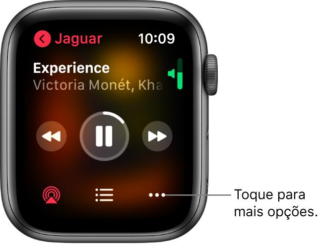A tela Reproduzindo no app Música. O nome do álbum encontra-se no canto superior esquerdo. O título da música e o nome do artista aparecem na parte superior, os controles de reprodução estão no meio, e o AirPlay, a lista de faixas e o botão Opções estão na parte inferior.