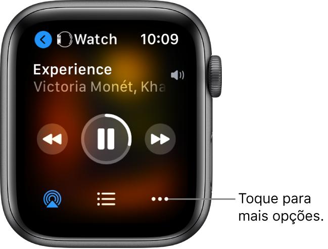 A tela Reproduzindo mostrando Relógio no canto superior esquerdo, com uma seta apontando para a esquerda, levando para a tela do dispositivo. O título da música e o nome do artista aparecem abaixo. Os controles de reprodução estão no meio. Os botões AirPlay, lista de faixas e Mais Opções estão na parte inferior.
