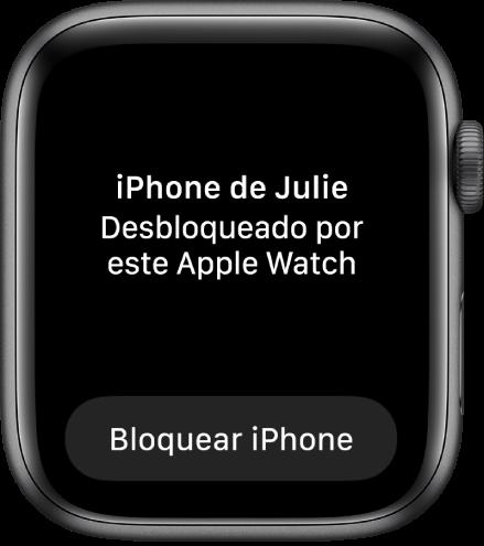 """Tela do Apple Watch mostrando as palavras """"iPhone da Júlia desbloqueado por este Apple Watch"""". O botão Bloquear iPhone está abaixo."""
