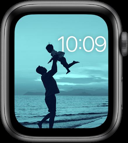 O mostrador Fotos exibe uma foto do álbum de fotos sincronizado. A hora fica perto do canto superior direito.