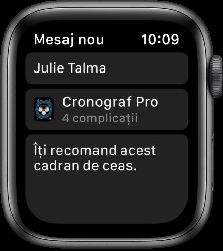 """Ecranul Apple Watch prezentând mesajul de partajare a unui cadran de ceas cu numele destinatarului în partea de sus, numele cadranului de ceas dedesubt și sub acesta, un mesaj cu textul """"Îți recomand acest cadran de ceas""""."""