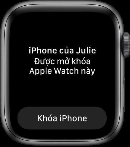 """Màn hình Apple Watch đang hiển thị các từ: """"Đã mở khóa iPhone của Julie bằng Apple Watch này"""". Nút Khóa iPhone ở bên dưới."""