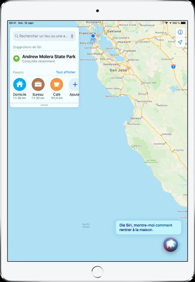 Un plan avec la réponse de Siri «Recherche de l'itinéraire vers le domicile» en bas de l'écran.