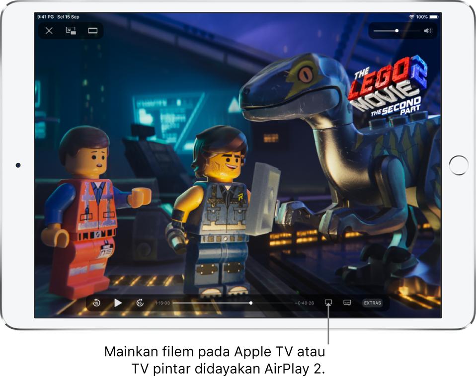 Sebuah filem bermain pada skrin iPad. Di bahagian bawah skrin ialah kawalan main balik, termasuk butang Pencerminan Skrin berhampiran bahagian kanan bawah.