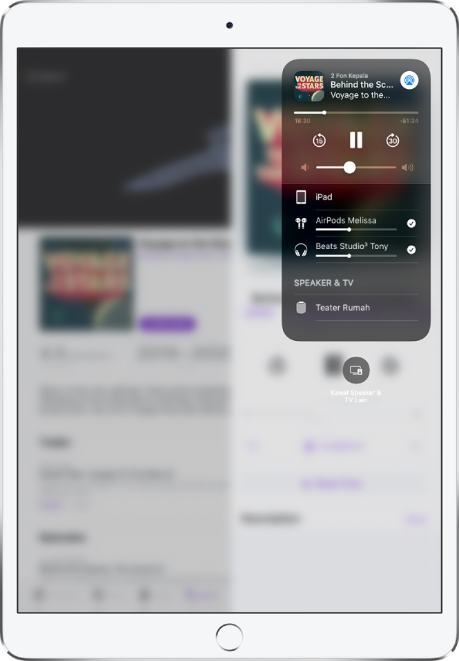 Skrin iPad menunjukkan dua pasang AirPods yang disambungkan.