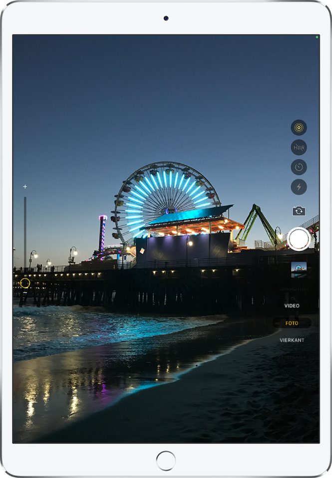 Een afbeelding op het camerascherm van de iPadPro. Rechts zie je de sluiterknop, samen met de knoppen voor het schakelen tussen camera's en het kiezen van een fotomodus.