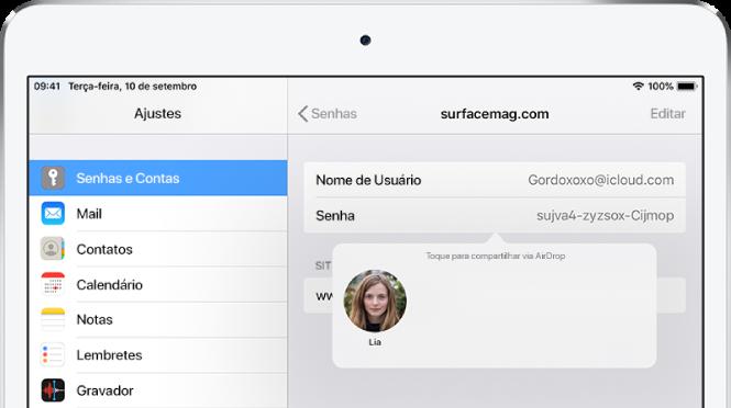 """A tela de Senhas de um site. Um botão abaixo do campo de senha mostra a foto de Lia abaixo da instrução """"Toque para compartilhar via AirDrop""""."""