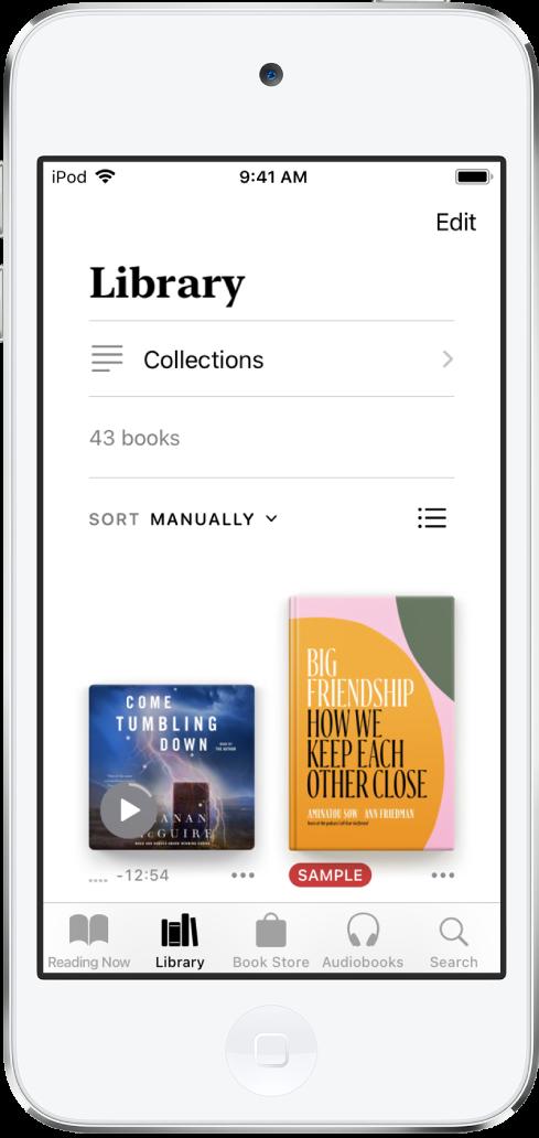 Layar Perpustakaan di app Buku. Di bagian atas layar terdapat tombol Koleksi dan pilihan pengurutan. Pilihan pengurutan Secara Manual dipilih. Di bagian tengah layar terdapat sampul buku di perpustakaan. Di bagian bawah layar, dari kiri ke kanan, terdapat tab Sedang Dibaca, Perpustakaan, Toko Buku, Buku Audio, dan Cari.