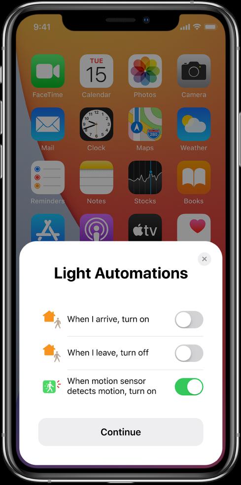 """Прозорец в екрана на Home (Дом), предлагащ три автоматизации на осветлението—""""When I arrive, turn on"""" (""""Включи, когато пристигам""""), """"When I leave, turn off"""" """"(Изключи, когато излизам"""") и """"When motion sensor detects motion, turn on"""" (""""Включи при движение, регистрирано от датчика за движение""""). Отдолу е бутонът Continue (Продължи)."""