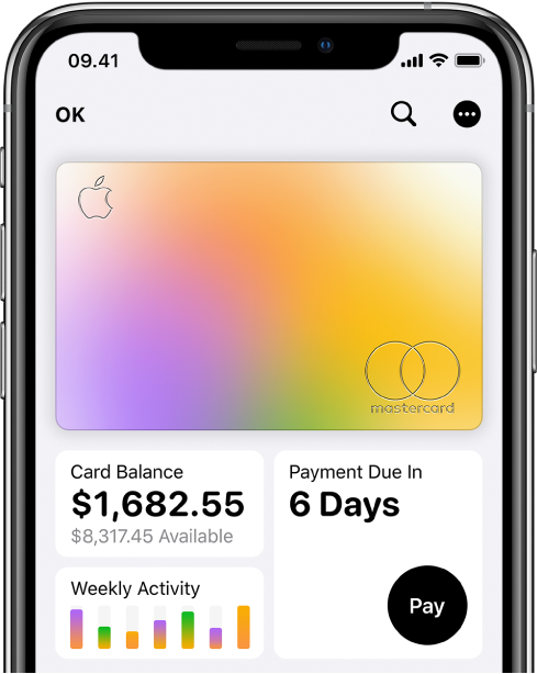 Apple Card i Wallet, som viser knappen Mere øverst til højre, saldoen og den ugentlige aktivitet nederst til venstre og knappen Betal nederst til højre.