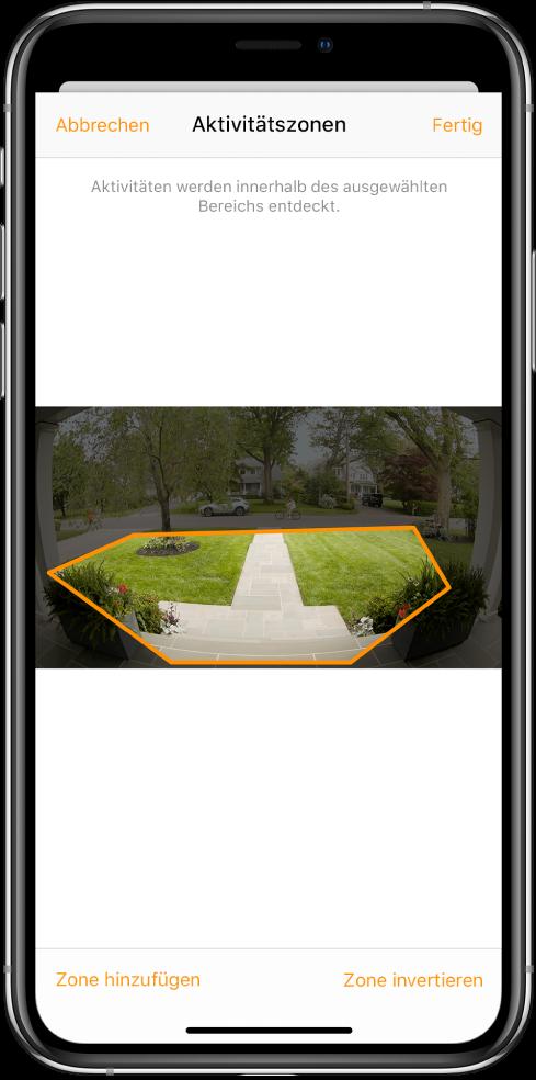 """Der Bildschirm des iPhone mit einer Aktivitätszone in einem Bild, das von der Klingelkamera aufgenommen wurde. Die Aktivitätszone umfasst eine Veranda und einen Gehweg, aber nicht die Straße und die Einfahrt. Über dem Bild werden die Tasten """"Abbrechen"""" und """"Fertig"""" angezeigt. Darunter befinden sich die Tasten """"Zone hinzufügen"""" und """"Zone umkehren""""."""
