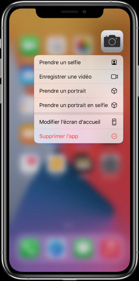 Écran d'accueil flouté, avec le menu des actions rapides de l'appareil photo s'affichant sous l'app Appareil photo.
