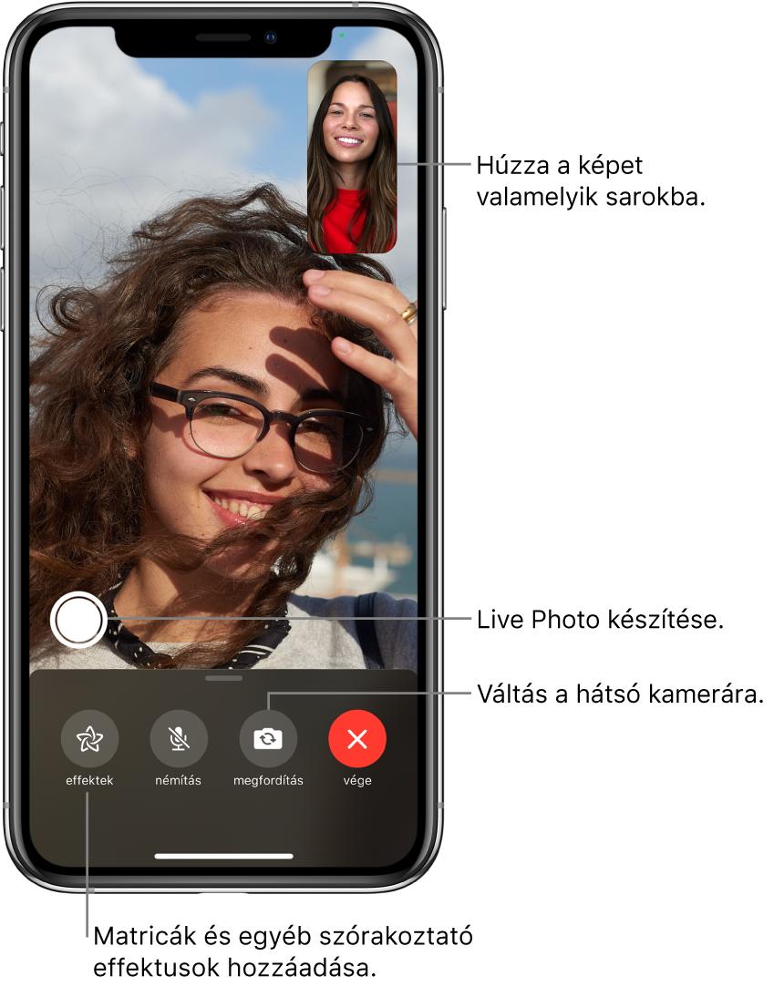 A FaceTime képernyője egy folyamatban lévő hívással. Ön a jobb felső részen lévő négyzetben jelenik meg, a másik személy pedig a képernyő többi részén látható. A képernyő alján a következő gombok találhatók: Effektek, Némítás, Megfordítás és Vége. A gombok felett a Live Photo készítéséhez használható gomb jelenik meg.