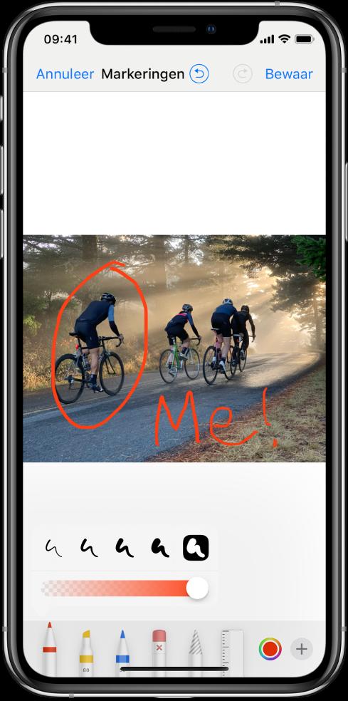 Een foto in het markeringenscherm. De foto bevindt zich in het midden van het scherm. Onder de foto zie je de volgende markeringsgereedschappen: een pen, markeerstift, potlood, gum, lasso, kleurenkiezer en een knop voor meer opties. Linksboven in het scherm zie je de knop 'Annuleer' en rechtsboven de knop 'Bewaar'.