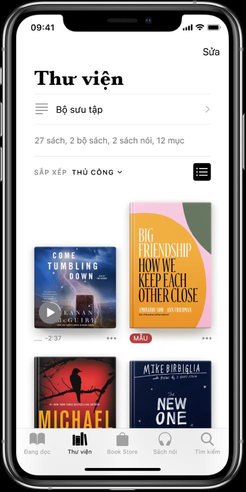 Màn hình Thư viện trong ứng dụng Sách. Ở đầu màn hình là nút Bộ sưu tập và các tùy chọn sắp xếp. Tùy chọn sắp xếp Gần đây được chọn. Ở giữa màn hình là bìa của các sách trong thư viện. Ở cuối màn hình, từ trái sang phải, là các tab Đang đọc, Thư viện, Book Store, Sách nói và Tìm kiếm.