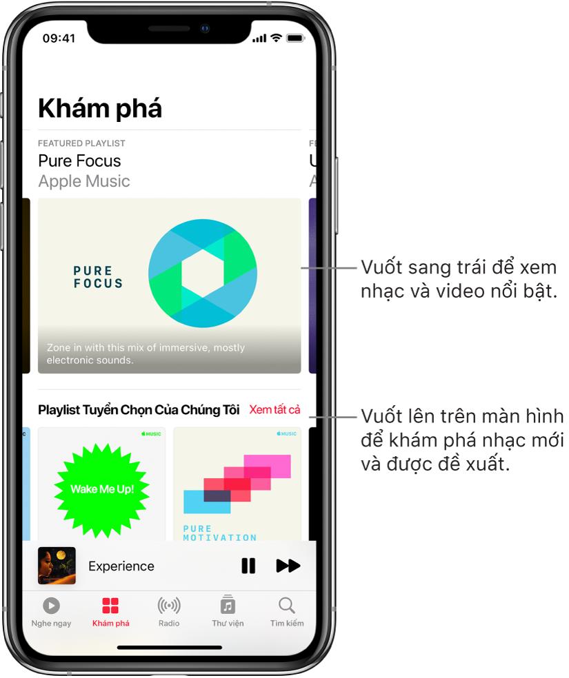 Màn hình Khám phá đang hiển thị nhạc nổi bật ở trên cùng. Bạn có thể vuốt sang trái để xem thêm nhạc và video nổi bật. Phần Playlist chúng tôi chọn xuất hiện ở bên dưới, đang hiển thị hai đài phát Apple Music. Một nút Xem tất cả được hiển thị ở bên phải của Bạn Phải Nghe. Bạn có thể vuốt lên trên màn hình để khám phá nhạc mới và được đề xuất.
