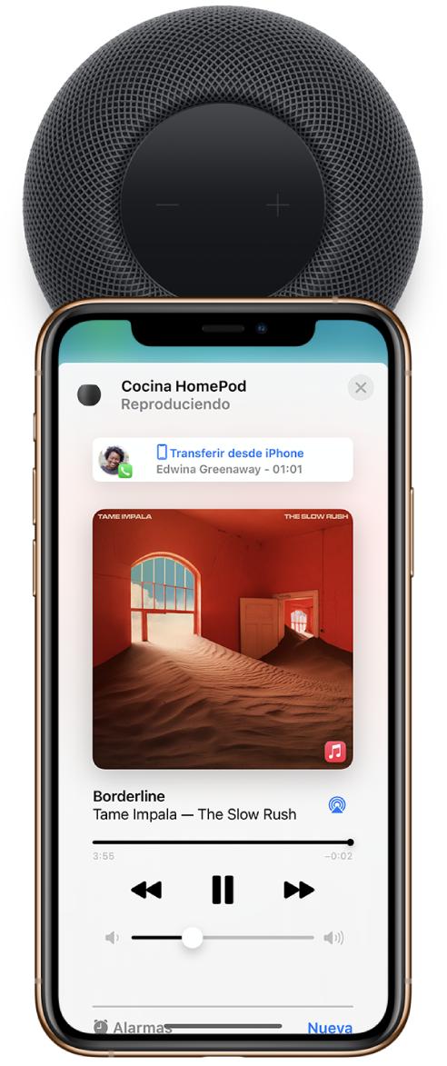 En un iPhone, la appCasa muestra que se está reproduciendo música conforme se transfiere una llamada al HomePod. El iPhone está cerca de la parte superior del HomePod.