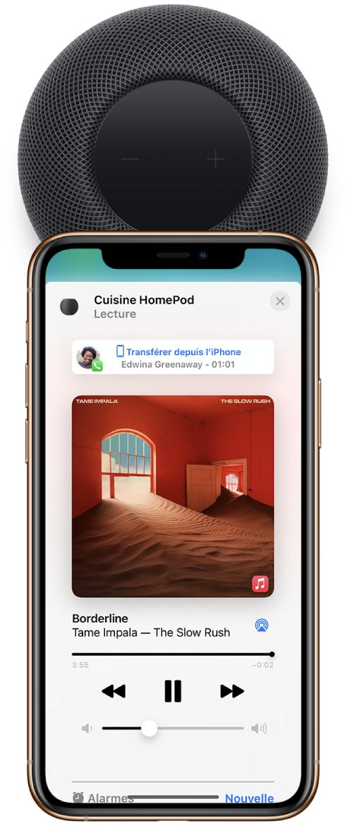 Sur un iPhone, l'app Maison affiche un morceau en cours de lecture pendant que vous transférer un appel sur le HomePod. L'iPhone se trouve à proximité du sommet du HomePod.