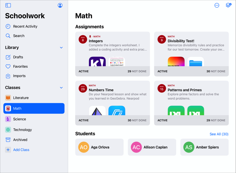 "Math 班级视图示例,其中显示了三个作业和三名学生。除了这个班级视图外,""课业""边栏中还包含三个其他班级(""Literature""、""Science""和""Technology""),并还显示了""最近任务""视图、""草稿""、""个人收藏""和""导入""视图,以及班级归档视图。"