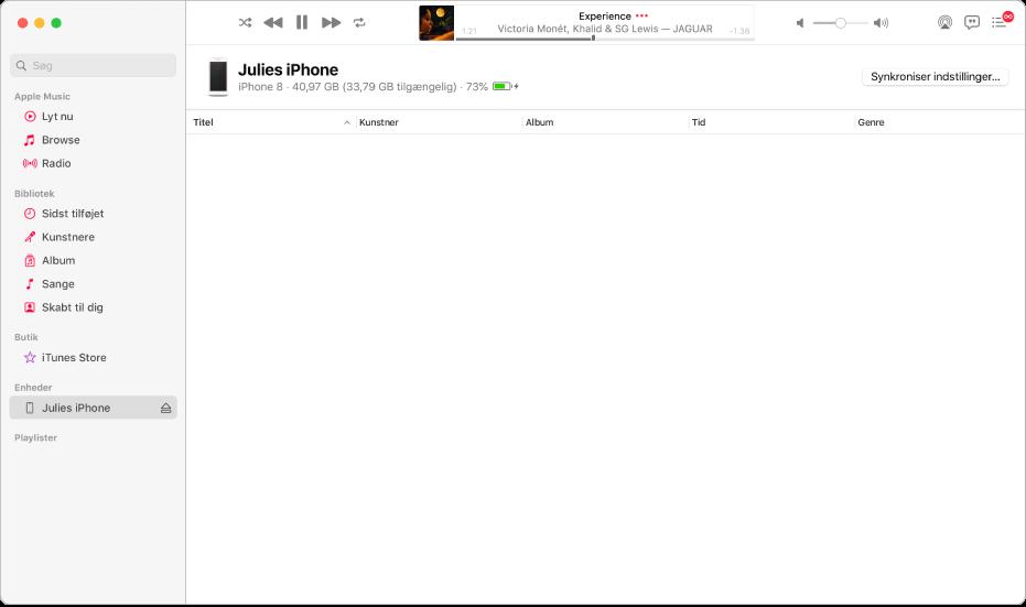 Vinduet Musik med en enhed (Julies iPhone) i indholdsoversigten. Knappen Synkroniser indstillinger i øverste højre hjørne åbner Finder.