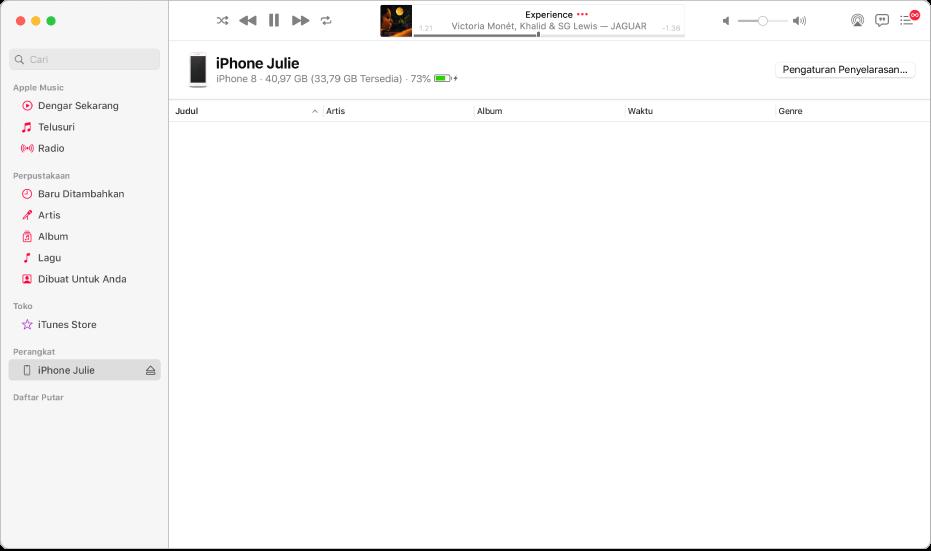 Jendela Musik dengan perangkat (iPhone Julie) di bar samping. Tombol Selaraskan Pengaturan di pojok kanan atas membuka Finder.