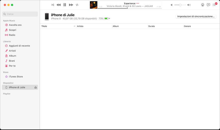 """La finestra di Musica con un dispositivo (iPhone di Giulia) nella barra laterale. Il pulsante """"Impostazioni di sincronizzazione"""" nell'angolo in alto a destra consente di aprire il Finder."""