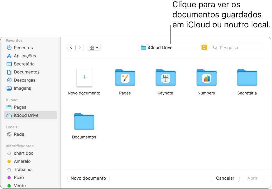 """A caixa de diálogo Abrir com a barra lateral aberta à esquerda e iCloud Drive selecionado no menu pop-up na parte superior. As pastas para Keynote, Numbers e Pages aparecem na caixa de diálogo juntamente com um botão """"Novo documento""""."""