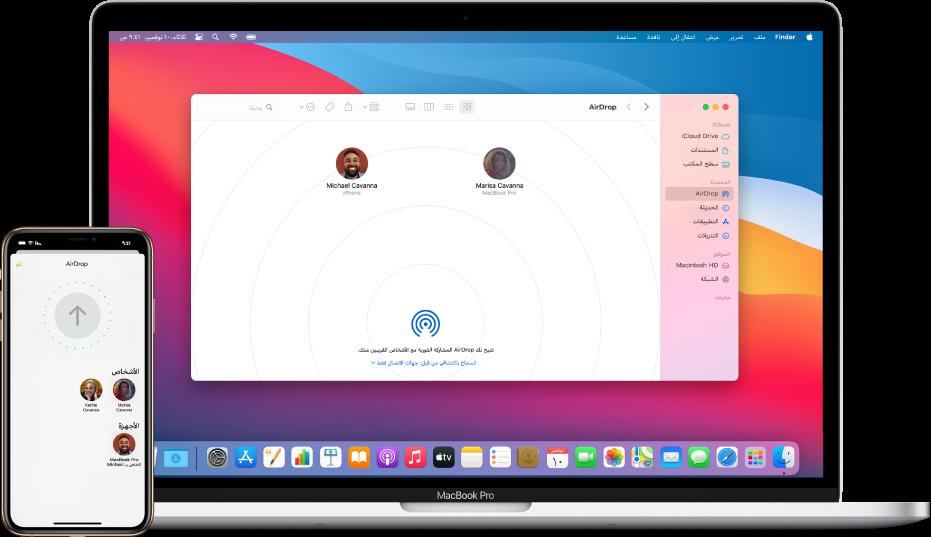 جهاز iPhone يعرض شاشة AirDrop، بجوار Mac يتضمن نافذة AirDrop مفتوحة في Finder.