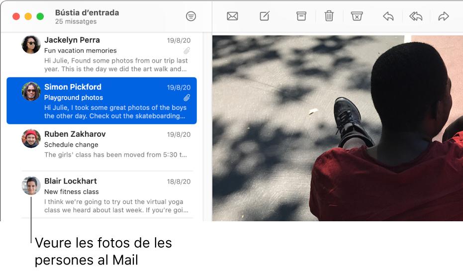 La finestra de l'app Mail mostrant la llista de missatges amb les imatges dels remitents al costat del seu nom.