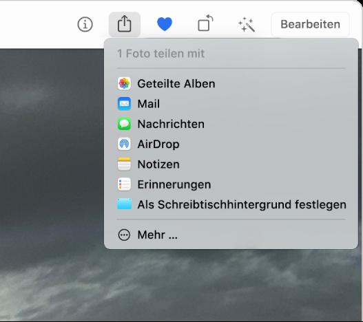 """Das Menü """"Teilen"""", das über die Taste """"Teilen"""" in der Symbolleiste der App """"Fotos"""" geöffnet wurde. Von oben nach unten enthält das Menü """"Teilen"""" folgende Optionen: """"Geteilte Alben"""", """"Mail"""", """"Nachrichten"""", """"AirDrop"""", """"Notizen"""", """"Erinnerungen"""" und """"Als Schreibtischhintergrund festlegen"""". Die letzte Option ist """"Mehr""""."""