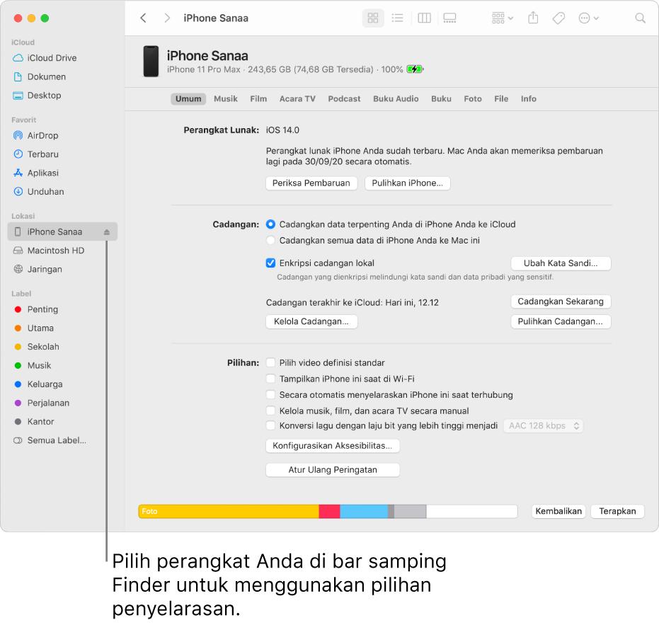 Perangkat dipilih di bar samping Finder dan pilihan penyelarasan muncul di jendela.
