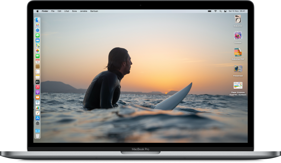 Desktop Mac dengan Mode Gelap, gambar desktop khusus, Dock diposisikan di sepanjang tepi kiri layar, dan tumpukan desktop di sepanjang tepi kanan layar.