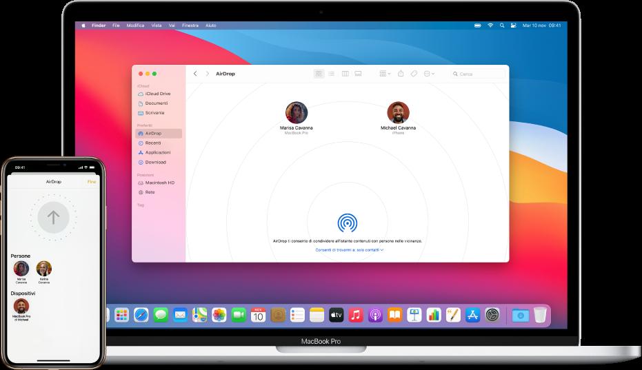 Un iPhone che mostra la schermata di AirDrop, accanto a un Mac con la finestra di AirDrop aperta nel Finder.