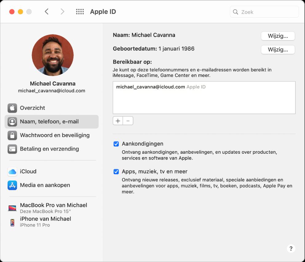 Het paneel 'AppleID' in Systeemvoorkeuren, met een navigatiekolom met daarin verschillende typen accountopties die je kunt gebruiken, en het voorkeurenpaneel 'Naam, telefoon, e-mail' voor een bestaande account.