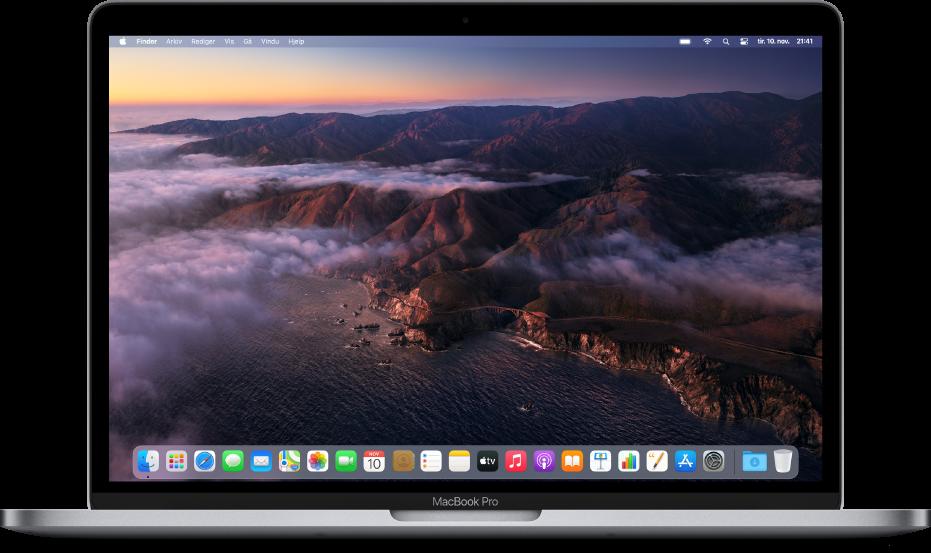 Skrivebordet, som viser et dynamisk bakgrunnsbilde i macOS Big Sur.