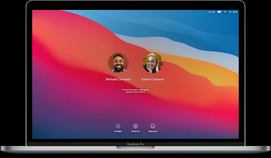 A mesa de um Mac mostrando uma tela de início de sessão bloqueada com duas contas de usuário.
