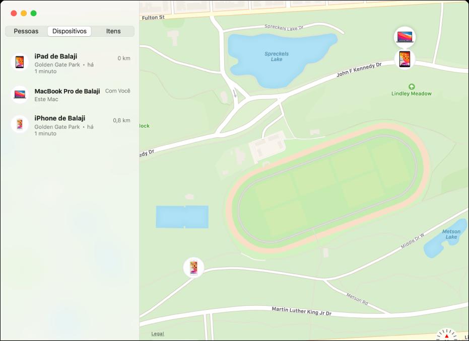 O app Buscar exibindo uma lista de dispositivos na barra lateral e suas localizações no mapa à direita.