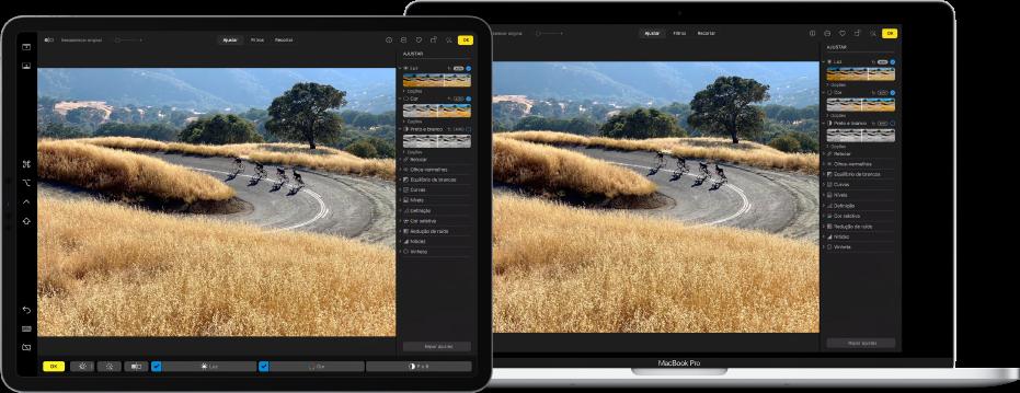 Um iPad Pro junto a um MacBook Pro. A secretária do Mac mostra uma fotografia a ser editada na aplicação Fotografias. O iPad Pro mostra a mesma fotografia, assim como a barra lateral Sidecar na extremidade esquerda do ecrã e a Touch Bar do Mac na parte inferior do ecrã.