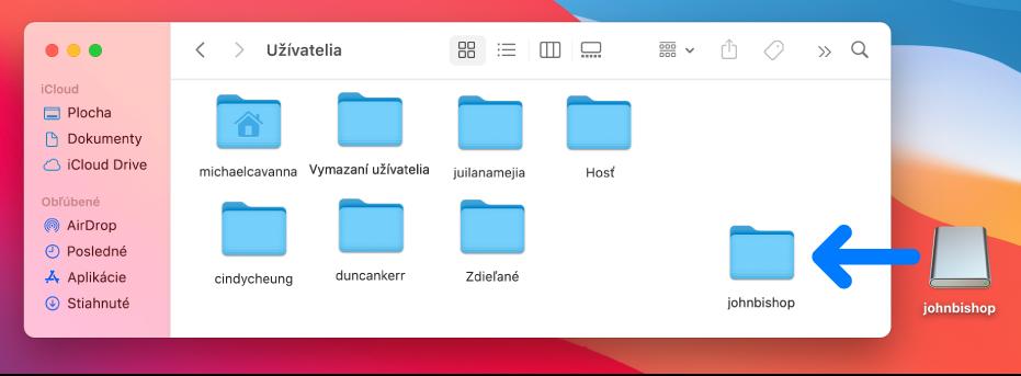 Priečinok Užívatelia otvorený vo Finderi zobrazujúci užívateľské účty. Na pravej strane je obraz disku vymazaného užívateľského účtu ašípka ukazujúca, že obraz disku môžete potiahnuť do priečinka Užívatelia, čím obnovíte vymazaný užívateľský účet.
