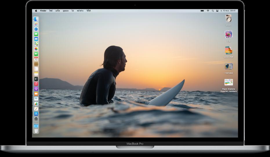 เดสก์ท็อป Mac ที่ใช้โหมดมืด โดยมีรูปภาพเดสก์ท็อปที่กำหนดเอง มี Dock ที่จัดเรียงอยู่ทางขอบซ้ายของหน้าจอ และสแต็คเดสก์ท็อปทางขอบขวาของหน้าจอ