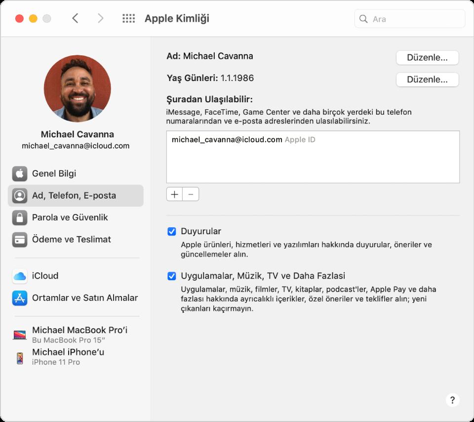 Kullanabileceğiniz hesap seçeneklerinin farklı türlerinin kenar çubuğunu ve var olan bir hesabın Ad, Telefon, E-posta tercihlerini gösteren Apple kimliği tercihleri.