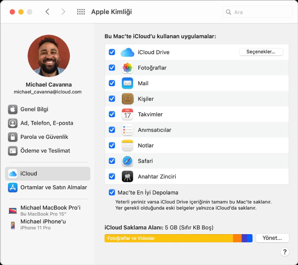 Kullanabileceğiniz hesap seçeneklerinin farklı türlerinin kenar çubuğunu ve var olan bir hesabın iCloud tercihlerini gösteren Apple kimliği tercihleri.