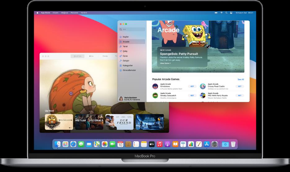Şimdi İzle ekranını gösteren Apple TV uygulamasının ve Apple Arcade'i gösteren App Store'un bulunduğu bir Mac masaüstü.