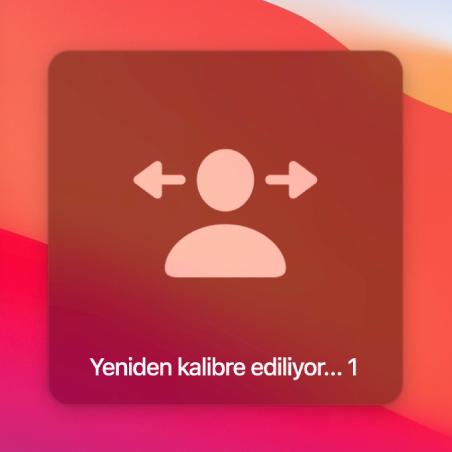 """Kafa kumandalı imleci yeniden kalibre etmek için ekranda bir geri sayım var ve """"Yeniden kalibre ediliyor…1"""" ifadesi gösteriliyor."""