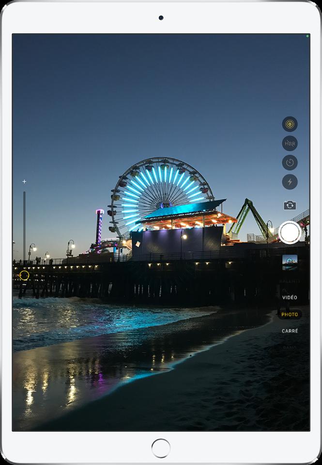 Une image sur l'écran «Appareil photo» prise avec l'iPadPro. Le bouton de l'obturateur se trouve sur la droite, avec les boutons pour changer de caméra et pour choisir un mode de photo.