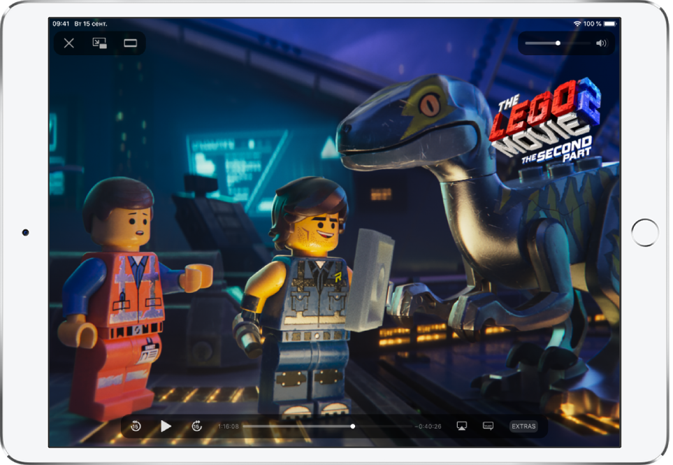 В приложении Apple TV воспроизводится фильм. На экране видны элементы управления воспроизведением.