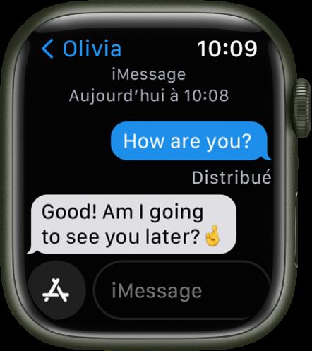 Une conversation est affichée. Le bouton de l'app et le champ du message se trouvent en bas.