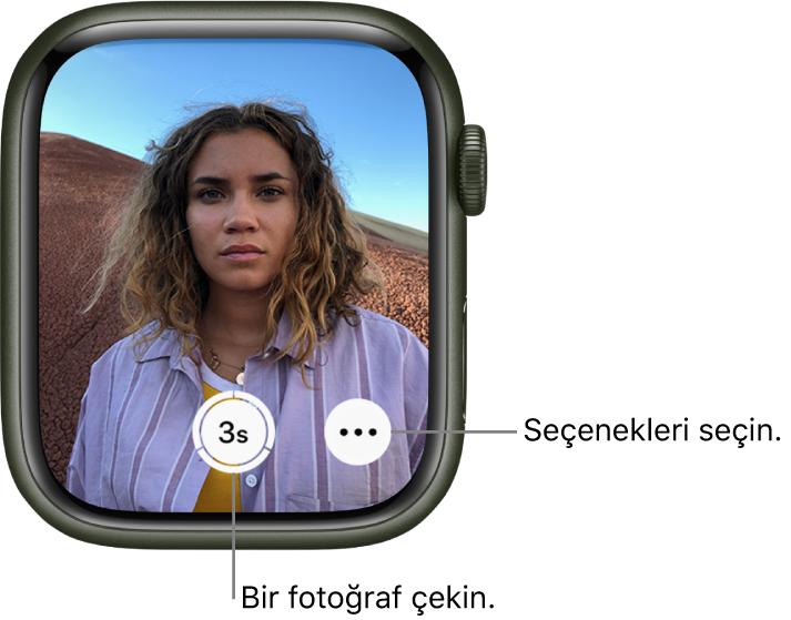 AppleWatch kamera kumandası olarak kullanılırken, ekranında iPhone kamera görüntüsündekiler gösterilir. Fotoğraf Çek düğmesi alt kısımda ortada, Daha Fazla Seçenek düğmesi onun sağındadır. Fotoğraf çektiyseniz Fotoğraf Görüntüleyici düğmesi sol alttadır.