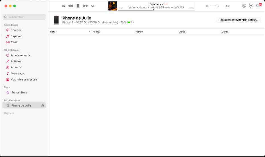 La fenêtre Musique avec un appareil (iPhone de Julie) dans la barre latérale. Le bouton «Réglages de synchronisation» dans le coin supérieur droit permet d'ouvrir le Finder.