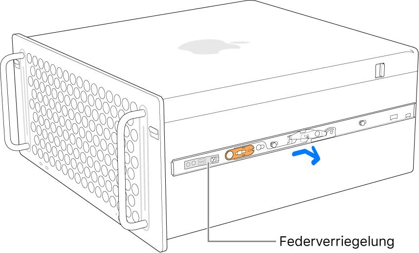 Eine Schiene wird von der Seite des Mac Pro gelöst.